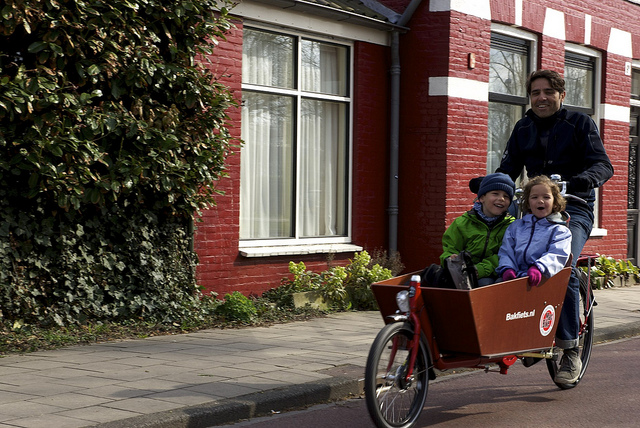 Kids riding in a typical Dutch bakfiets. Image by Josep Capdevila, CC BY-NC-SA.