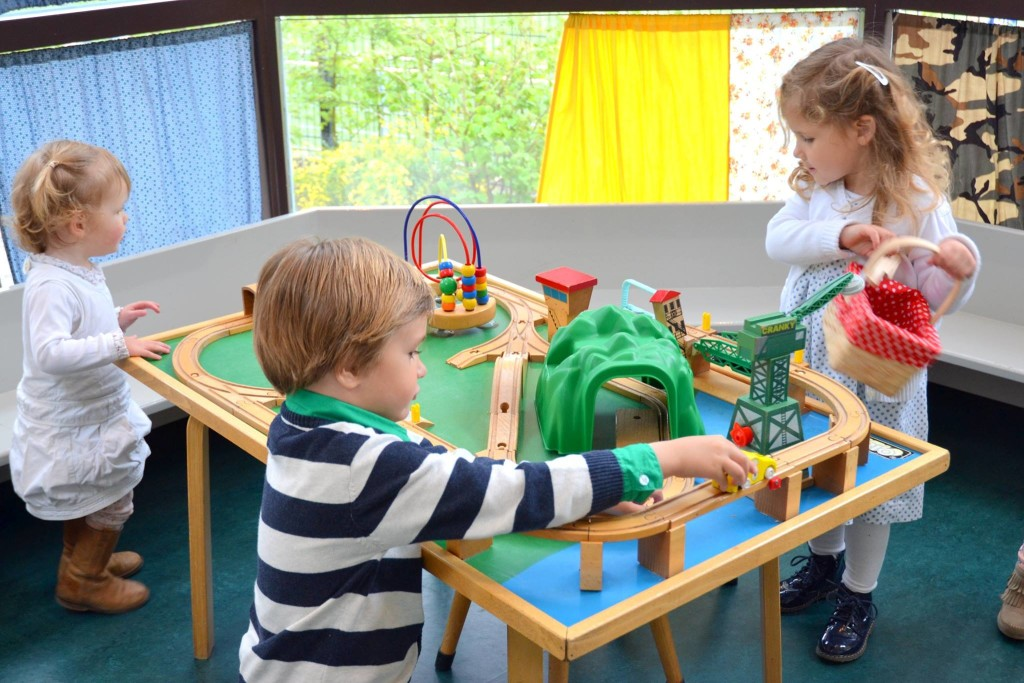 The train play table at Koffie & Kind in the Vogelwijk (photo by Koffie & Kind).